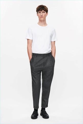 Wie kombinieren: weißes T-Shirt mit einem Rundhalsausschnitt, dunkelgraue Wollanzughose, schwarze Slip-On Sneakers aus Leder, schwarze Socke