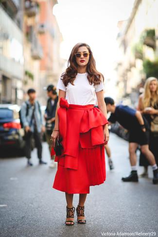 weißes T-Shirt mit einem Rundhalsausschnitt, roter ausgestellter Rock, schwarze Leder Sandaletten mit Ausschnitten, schwarze gesteppte Leder Clutch für Damen