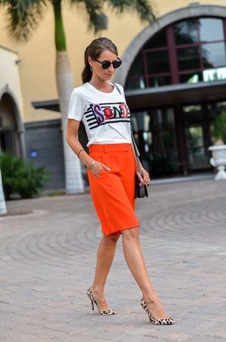 Dunkelrote Shorts kombinieren – 40 Damen Outfits: Diese Kombination aus einem weißen bedruckten T-Shirt mit einem Rundhalsausschnitt und dunkelroten Shorts ist eine komfortable Wahl, um Besorgungen in der Stadt zu erledigen. Hellbeige Wildleder Pumps mit Leopardenmuster sind eine gute Wahl, um dieses Outfit zu vervollständigen.