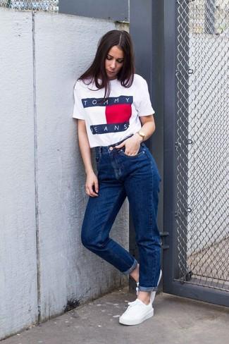 Wie kombinieren: weißes bedrucktes T-Shirt mit einem Rundhalsausschnitt, blaue Boyfriend Jeans, weiße niedrige Sneakers, goldene Uhr