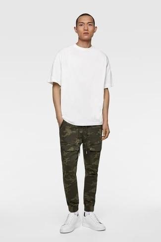 Weißes T-Shirt mit einem Rundhalsausschnitt kombinieren – 1200+ Herren Outfits: Für ein bequemes Couch-Outfit, kombinieren Sie ein weißes T-Shirt mit einem Rundhalsausschnitt mit einer olivgrünen Camouflage Cargohose. Fühlen Sie sich mutig? Wählen Sie weißen Segeltuch niedrige Sneakers.