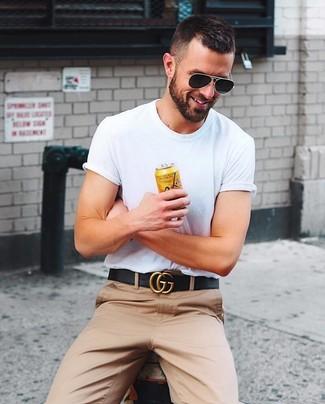 Wie kombinieren: weißes T-Shirt mit einem Rundhalsausschnitt, beige Chinohose, schwarzer Ledergürtel, schwarze Sonnenbrille