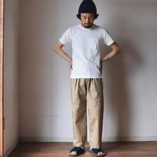 Dunkelblaue Ledersandalen kombinieren: trends 2020: Vereinigen Sie ein weißes T-Shirt mit einem Rundhalsausschnitt mit einer beige Chinohose für einen bequemen Alltags-Look. Warum kombinieren Sie Ihr Outfit für einen legereren Auftritt nicht mal mit dunkelblauen Ledersandalen?
