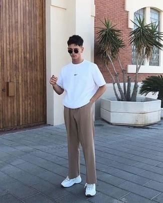 Schwarze Sonnenbrille kombinieren – 500+ Herren Outfits: Für ein bequemes Couch-Outfit, kombinieren Sie ein weißes T-Shirt mit einem Rundhalsausschnitt mit einer schwarzen Sonnenbrille. Fühlen Sie sich ideenreich? Entscheiden Sie sich für weißen Sportschuhe.