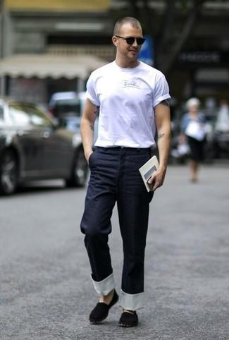 Espadrilles kombinieren – 326 Herren Outfits: Tragen Sie ein weißes bedrucktes T-Shirt mit einem Rundhalsausschnitt und eine dunkelblaue Chinohose, um mühelos alles zu meistern, was auch immer der Tag bringen mag. Entscheiden Sie sich für Espadrilles, um Ihr Modebewusstsein zu zeigen.