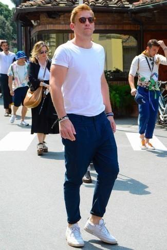 Braune Sonnenbrille kombinieren: trends 2020: Für ein bequemes Couch-Outfit, kombinieren Sie ein weißes T-Shirt mit einem Rundhalsausschnitt mit einer braunen Sonnenbrille. Komplettieren Sie Ihr Outfit mit weißen niedrigen Sneakers, um Ihr Modebewusstsein zu zeigen.