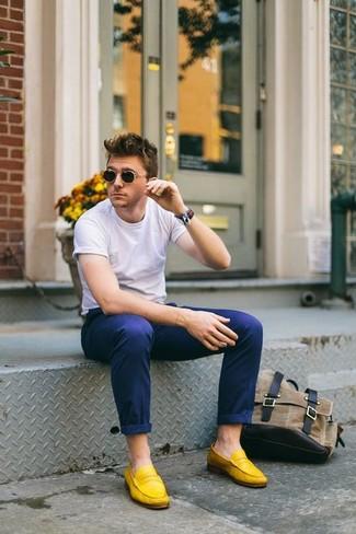 Wie kombinieren: weißes T-Shirt mit einem Rundhalsausschnitt, dunkelblaue Chinohose, gelbe Wildleder Slipper, Sneakersocken