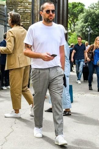 Dunkelgraue Sonnenbrille kombinieren: trends 2020: Für ein bequemes Couch-Outfit, erwägen Sie das Tragen von einem weißen T-Shirt mit einem Rundhalsausschnitt und einer dunkelgrauen Sonnenbrille. Schalten Sie Ihren Kleidungsbestienmodus an und machen weißen Leder niedrige Sneakers zu Ihrer Schuhwerkwahl.