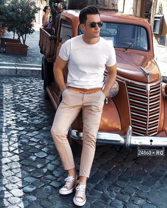 Wie kombinieren: weißes T-Shirt mit einem Rundhalsausschnitt, hellbeige Chinohose, beige Segeltuch niedrige Sneakers, dunkelblaue Sonnenbrille