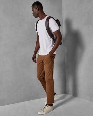 Rotbraune Chinohose kombinieren – 500+ Herren Outfits: Entscheiden Sie sich für ein weißes T-Shirt mit einem Rundhalsausschnitt und eine rotbraune Chinohose für ein Alltagsoutfit, das Charakter und Persönlichkeit ausstrahlt. Hellbeige Leder niedrige Sneakers sind eine perfekte Wahl, um dieses Outfit zu vervollständigen.
