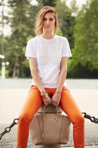 Beige Shopper Tasche aus Leder kombinieren – 274 Damen Outfits: Wahlen Sie ein weißes T-Shirt mit einem Rundhalsausschnitt und eine beige Shopper Tasche aus Leder, um einen lockeren Look zu erreichen.