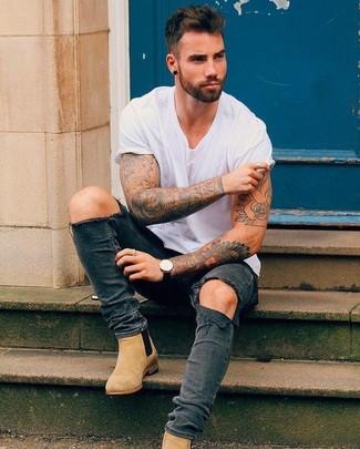 Wie kombinieren: weißes T-Shirt mit einem Rundhalsausschnitt, dunkelgraue enge Jeans mit Destroyed-Effekten, beige Chelsea-Stiefel aus Wildleder, schwarze Lederuhr