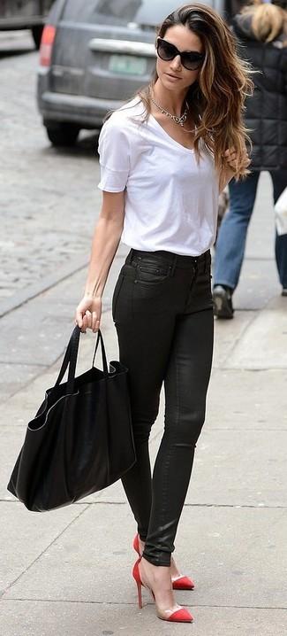 Wie kombinieren: weißes T-Shirt mit einem Rundhalsausschnitt, schwarze Leder enge Jeans, rote Pumps, schwarze Shopper Tasche