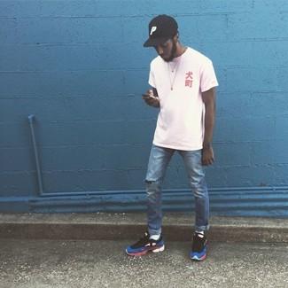 Wie kombinieren: weißes T-Shirt mit einem Rundhalsausschnitt, blaue Jeans mit Destroyed-Effekten, mehrfarbige Sportschuhe, schwarze Baseballkappe