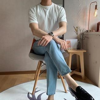 Hellblaue Jeans kombinieren – 454 Sommer Herren Outfits: Erwägen Sie das Tragen von einem weißen T-Shirt mit einem Rundhalsausschnitt und hellblauen Jeans, um einen lockeren, aber dennoch stylischen Look zu erhalten. Vervollständigen Sie Ihr Outfit mit schwarzen Leder Slippern, um Ihr Modebewusstsein zu zeigen. Ein insgesamt sehr trendiges Sommer-Outfit.