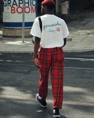 Wie kombinieren: weißes bedrucktes T-Shirt mit einem Rundhalsausschnitt, rote Jogginghose mit Schottenmuster, schwarze und weiße hohe Sneakers, rote Mütze