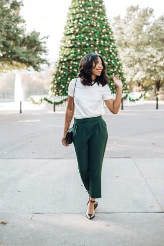 Wie kombinieren: weißes T-Shirt mit einem Rundhalsausschnitt, dunkelgrüne Karottenhose, schwarze Leder Pumps, schwarze gesteppte Leder Umhängetasche
