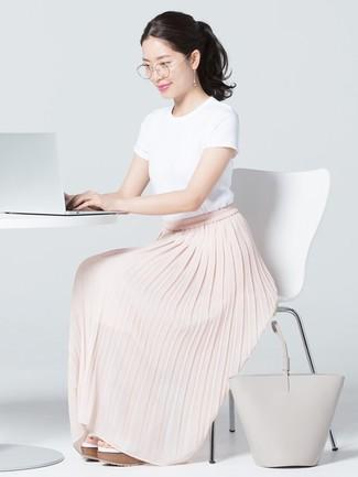 Wie kombinieren: weißes T-Shirt mit einem Rundhalsausschnitt, rosa Falten Maxirock, weiße Keilsandaletten aus Leder, graue Shopper Tasche aus Leder