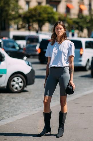 Wie kombinieren: weißes T-Shirt mit einem Rundhalsausschnitt, dunkelgraue Radlerhose, schwarze Wildleder mittelalte Stiefel, goldene Halskette