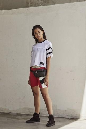 Dunkelrote Shorts kombinieren – 40 Damen Outfits: Ein weißes T-Shirt mit einem Rundhalsausschnitt aus Netzstoff und dunkelrote Shorts sind wunderbar geeignet, um ein harmonisches, legeres Outfit zu zaubern. Komplettieren Sie Ihr Outfit mit schwarzen flache Stiefel mit einer Schnürung aus Wildleder.