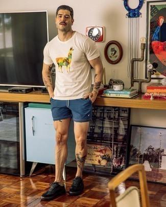 Dunkelblaue Shorts kombinieren – 500+ Herren Outfits: Für ein bequemes Couch-Outfit, entscheiden Sie sich für ein weißes bedrucktes T-Shirt mit einem Rundhalsausschnitt und dunkelblauen Shorts. Schwarze Leder niedrige Sneakers sind eine kluge Wahl, um dieses Outfit zu vervollständigen.