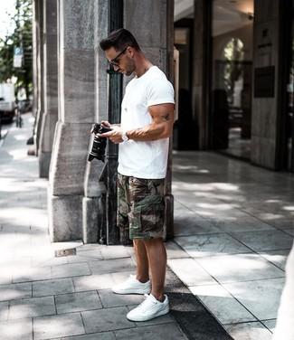 Wie kombinieren: weißes T-Shirt mit einem Rundhalsausschnitt, dunkelgrüne Camouflage Shorts, weiße niedrige Sneakers, schwarze Sonnenbrille