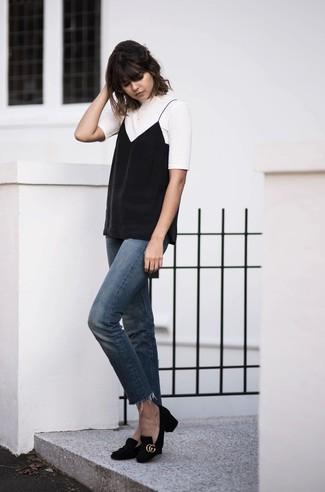 Wie kombinieren: weißes T-Shirt mit einem Rundhalsausschnitt, schwarzes Trägershirt, blaue Jeans, schwarze Wildleder Pumps