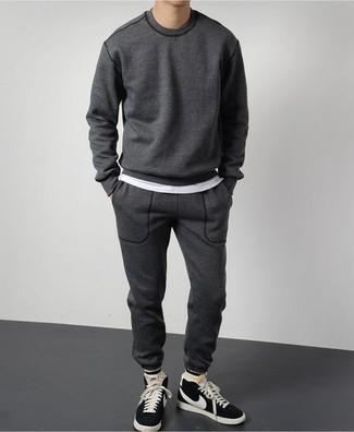 Trainingsanzug kombinieren: trends 2020: Kombinieren Sie einen Trainingsanzug mit einem weißen T-Shirt mit einem Rundhalsausschnitt für einen entspannten Wochenend-Look. Dieses Outfit passt hervorragend zusammen mit schwarzen und weißen hohen Sneakers aus Wildleder.