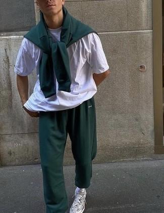 Trainingsanzug kombinieren – 114 Herren Outfits: Ein Trainingsanzug und ein weißes T-Shirt mit einem Rundhalsausschnitt sind eine ideale Outfit-Formel für Ihre Sammlung. Silberne Sportschuhe sind eine perfekte Wahl, um dieses Outfit zu vervollständigen.