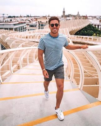 Wie kombinieren: weißes und blaues horizontal gestreiftes T-Shirt mit einem Rundhalsausschnitt, graue Shorts, weiße Sportschuhe, schwarze Sonnenbrille