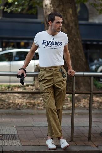 Olivgrüne Chinohose kombinieren: trends 2020: Kombinieren Sie ein weißes und dunkelblaues bedrucktes T-Shirt mit einem Rundhalsausschnitt mit einer olivgrünen Chinohose für ein sonntägliches Mittagessen mit Freunden. Fühlen Sie sich ideenreich? Wählen Sie weißen Wildleder Derby Schuhe.