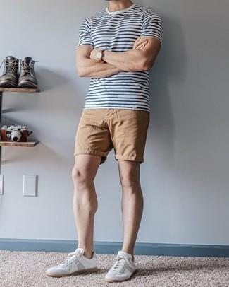 Rotbraune Lederuhr kombinieren – 500+ Herren Outfits: Entscheiden Sie sich für ein weißes und dunkelblaues horizontal gestreiftes T-Shirt mit einem Rundhalsausschnitt und eine rotbraune Lederuhr für einen entspannten Wochenend-Look. Fühlen Sie sich ideenreich? Vervollständigen Sie Ihr Outfit mit weißen Leder niedrigen Sneakers.