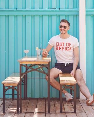 Wie kombinieren: weißes und rotes bedrucktes T-Shirt mit einem Rundhalsausschnitt, dunkelblaue Badeshorts, hellbeige Sportschuhe, braune Sonnenbrille
