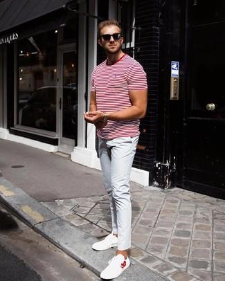 Wie kombinieren: weißes und rotes horizontal gestreiftes T-Shirt mit einem Rundhalsausschnitt, hellblaue Chinohose, weiße Leder niedrige Sneakers, schwarze Sonnenbrille