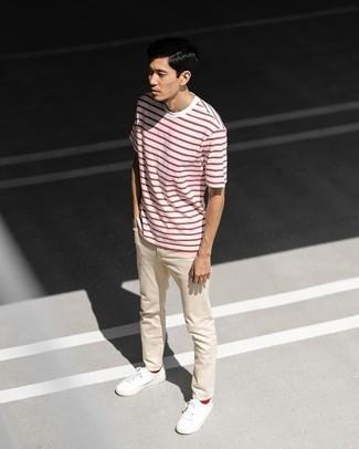 Rote Socken kombinieren – 500+ Herren Outfits: Erwägen Sie das Tragen von einem weißen und roten horizontal gestreiften T-Shirt mit einem Rundhalsausschnitt und roten Socken für einen entspannten Wochenend-Look. Weiße Segeltuch niedrige Sneakers bringen klassische Ästhetik zum Ensemble.