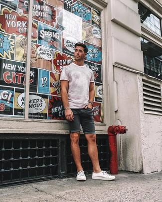 Wie kombinieren: weißes und rotes horizontal gestreiftes T-Shirt mit einem Rundhalsausschnitt, schwarze Jeansshorts, weiße Segeltuch niedrige Sneakers, schwarze Uhr