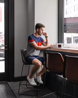 Wie kombinieren: weißes und rotes und dunkelblaues T-Shirt mit einem Rundhalsausschnitt, dunkelblaue Shorts, weiße Segeltuch niedrige Sneakers, schwarze Lederuhr