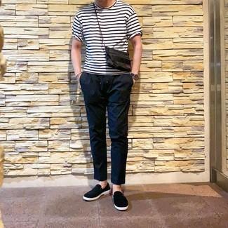 Wie kombinieren: weißes und schwarzes horizontal gestreiftes T-Shirt mit einem Rundhalsausschnitt, schwarze Chinohose, schwarze Slip-On Sneakers, dunkelblaue Lederuhr