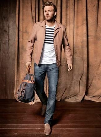 Wie kombinieren: weißes und schwarzes horizontal gestreiftes T-Shirt mit einem Rundhalsausschnitt, blaue Jeans, braune Mokassins, dunkelblauer Rucksack