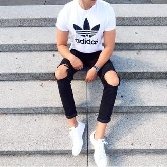 Wie kombinieren: weißes und schwarzes bedrucktes T-Shirt mit einem Rundhalsausschnitt, schwarze Jeans mit Destroyed-Effekten, weiße niedrige Sneakers, schwarze Lederuhr
