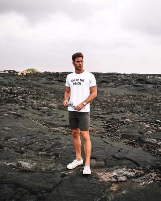 Wie kombinieren: weißes und schwarzes bedrucktes T-Shirt mit einem Rundhalsausschnitt, dunkelgraue Shorts, weiße Segeltuch niedrige Sneakers, beige Lederuhr