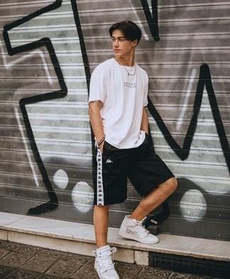 Lässige Outfits Herren 2021: Erwägen Sie das Tragen von einem weißen und schwarzen bedruckten T-Shirt mit einem Rundhalsausschnitt und schwarzen Sportshorts für einen entspannten Wochenend-Look. Schalten Sie Ihren Kleidungsbestienmodus an und machen weißen bedruckten hohe Sneakers aus Leder zu Ihrer Schuhwerkwahl.