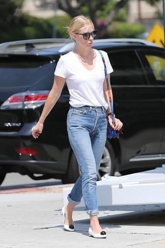 Wie kombinieren: weißes T-Shirt mit einem V-Ausschnitt, blaue Boyfriend Jeans, weiße und schwarze Leder Pumps, blaue Leder Umhängetasche mit Blumenmuster