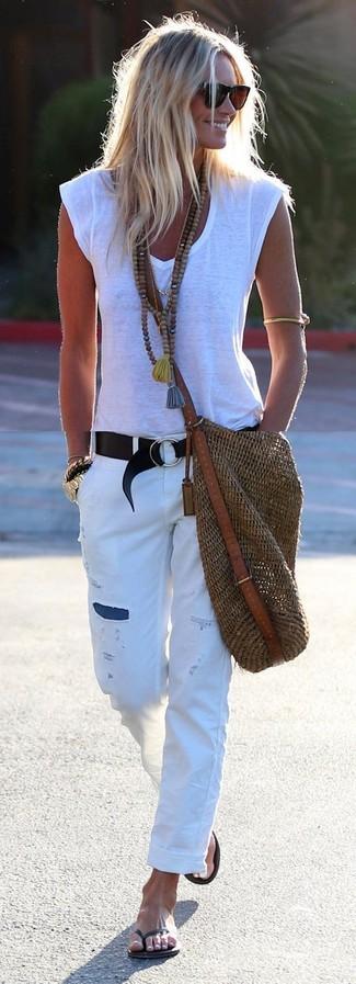 Wie kombinieren: weißes T-Shirt mit einem V-Ausschnitt, weiße Boyfriend Jeans mit Destroyed-Effekten, schwarze Zehentrenner, braune Shopper Tasche aus Stroh