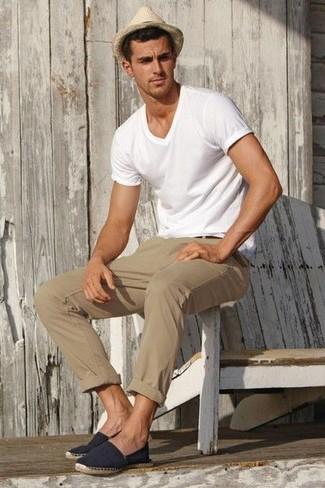 weißes T-Shirt mit einem V-Ausschnitt, beige Chinohose, dunkelblaue Segeltuch Espadrilles, hellbeige Strohhut für Herren