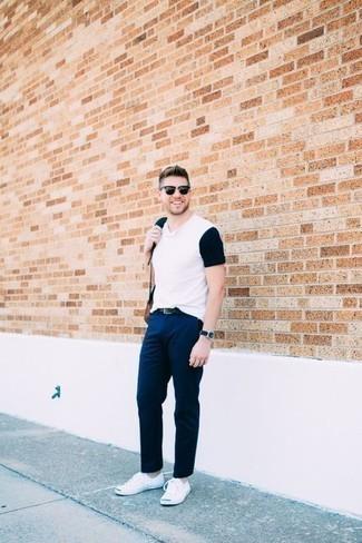 Schwarze Sonnenbrille kombinieren: trends 2020: Ein weißes und schwarzes T-Shirt mit einem V-Ausschnitt und eine schwarze Sonnenbrille sind eine großartige Outfit-Formel für Ihre Sammlung. Weiße Segeltuch niedrige Sneakers sind eine einfache Möglichkeit, Ihren Look aufzuwerten.