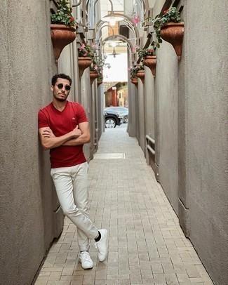 Graue Chinohose kombinieren – 500+ Herren Outfits: Kombinieren Sie ein rotes T-Shirt mit einem V-Ausschnitt mit einer grauen Chinohose für einen bequemen Alltags-Look. Weiße Leder niedrige Sneakers sind eine kluge Wahl, um dieses Outfit zu vervollständigen.