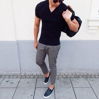 Wie kombinieren: schwarzes T-Shirt mit einem V-Ausschnitt, graue Wollchinohose, schwarze Slip-On Sneakers aus Leder, schwarze Sonnenbrille