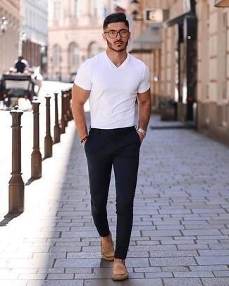 Silberne Uhr kombinieren – 500+ Herren Outfits: Halten Sie Ihr Outfit locker mit einem weißen T-Shirt mit einem V-Ausschnitt und einer silbernen Uhr. Schalten Sie Ihren Kleidungsbestienmodus an und machen beige Wildleder Slipper zu Ihrer Schuhwerkwahl.