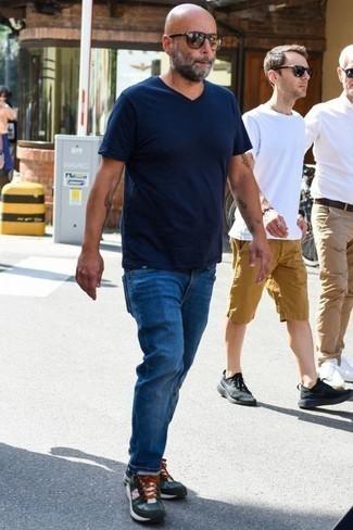 Jeans kombinieren: trends 2020: Paaren Sie ein dunkelblaues T-Shirt mit einem V-Ausschnitt mit Jeans, um mühelos alles zu meistern, was auch immer der Tag bringen mag. Fühlen Sie sich mutig? Komplettieren Sie Ihr Outfit mit dunkelgrünen Sportschuhen.